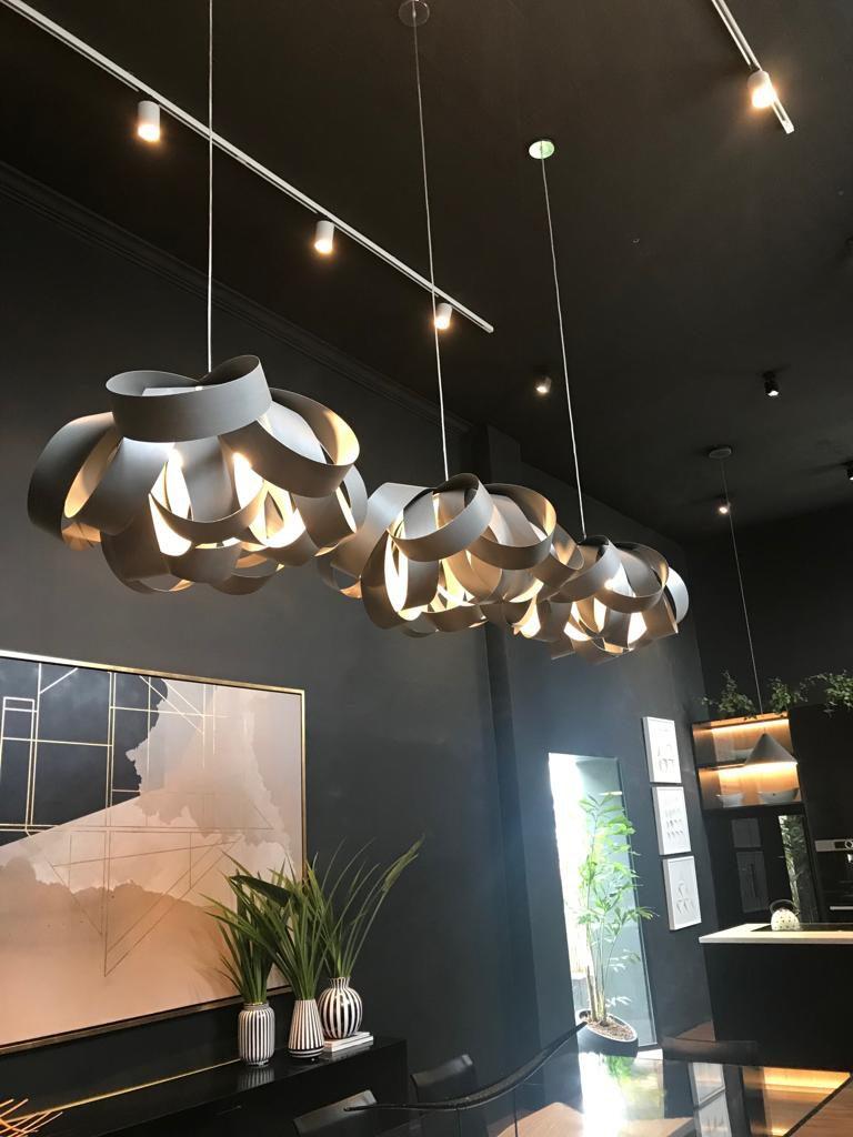 Lámparas colgantes de diseño en el living.